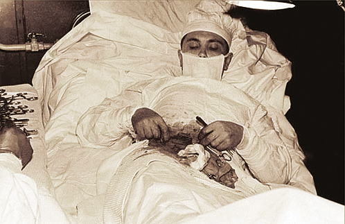 Леонид Иванович Рогозов оперирует себе аппендицит