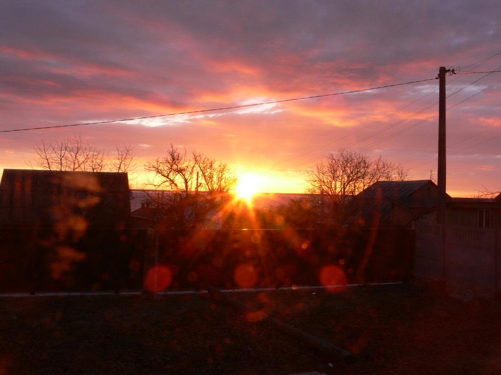 Первые лучи солнца на грязном окне